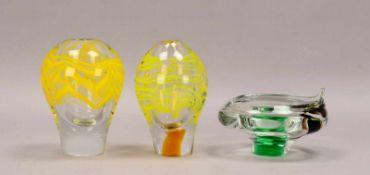Kleines Glas-Konvolut, dickwandiges Glas mit farbigen Einschmelzungen, 3 Teile: 2x Vasen, Höhe