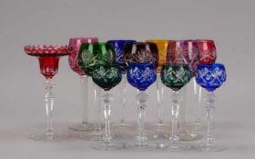 Glasrömer-Konvolut, verschiedenfarbige Gläser, 11 Stück, Höhe 16 cm - Höhe 20 cm; sowie 1