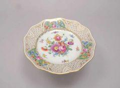 Tischaufsatzschale (Dresden), Porzellan, mit Durchbruchrand und Blumendekor; Höhe 12,5 cm,