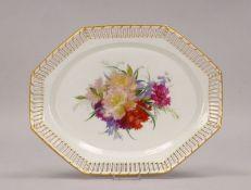 KPM, Porzellanplatte, mit Durchbruchrand, Spiegel mit Blumendekor in Weichmalerei, mit Zeptermarke