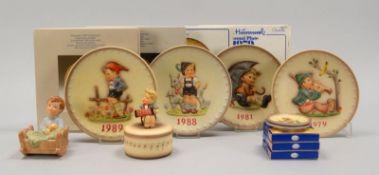 Hummel/Goebel, Porzellan-Konvolut, verschiedene Teile und Ausführungen, 11 Stück: 4x 'Jahresteller'