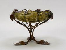 Feine Tischaufsatzschale (Jugendstil, um 1900), hellgrün-flaschengrüne Schale mit Wellenrand, Glas