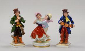 Kleines Porzellanfiguren-Konvolut, farbig staffiert, gemarkt, 3 Stück: 'Flötenspieler', und '