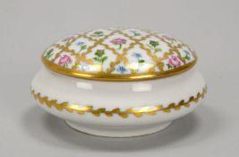 Limoges, Porzellan-Deckelgefäß, mehrfarbige Handbemalung/mit Goldmalerei, mit Malerzeichen;