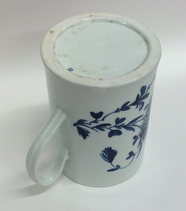 Lot 39 - An early English Worcester mug with floral decorat