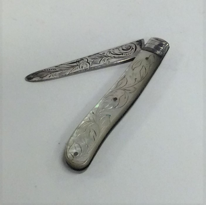 Lot 20 - A silver and MOP fruit knife. Sheffield. Approx. 2