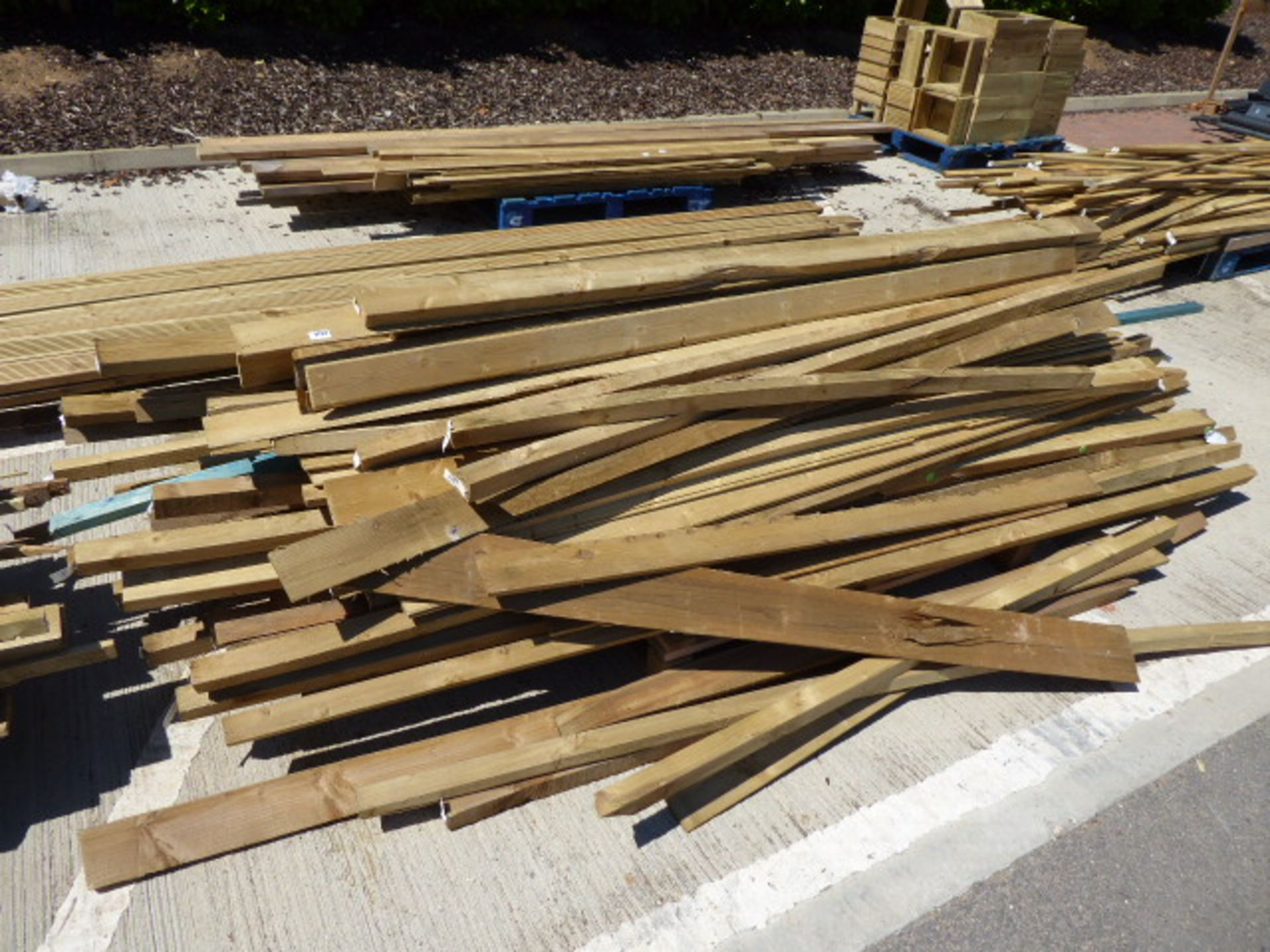 Lot 4122 - 2 small pallets of assorted timber