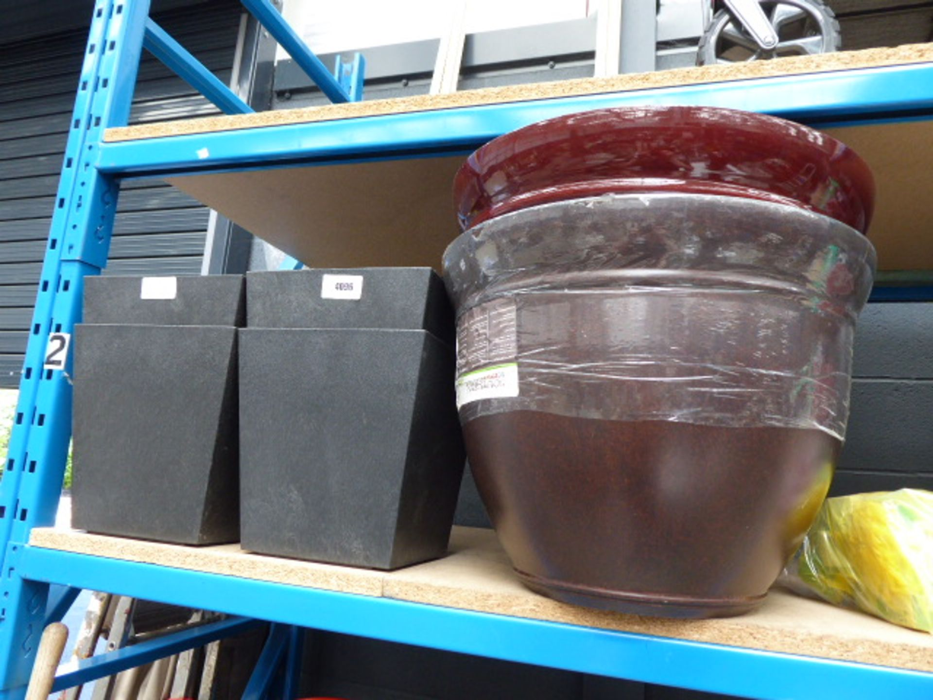 Lot 4096 - 4 small black pots and 2 large round pots