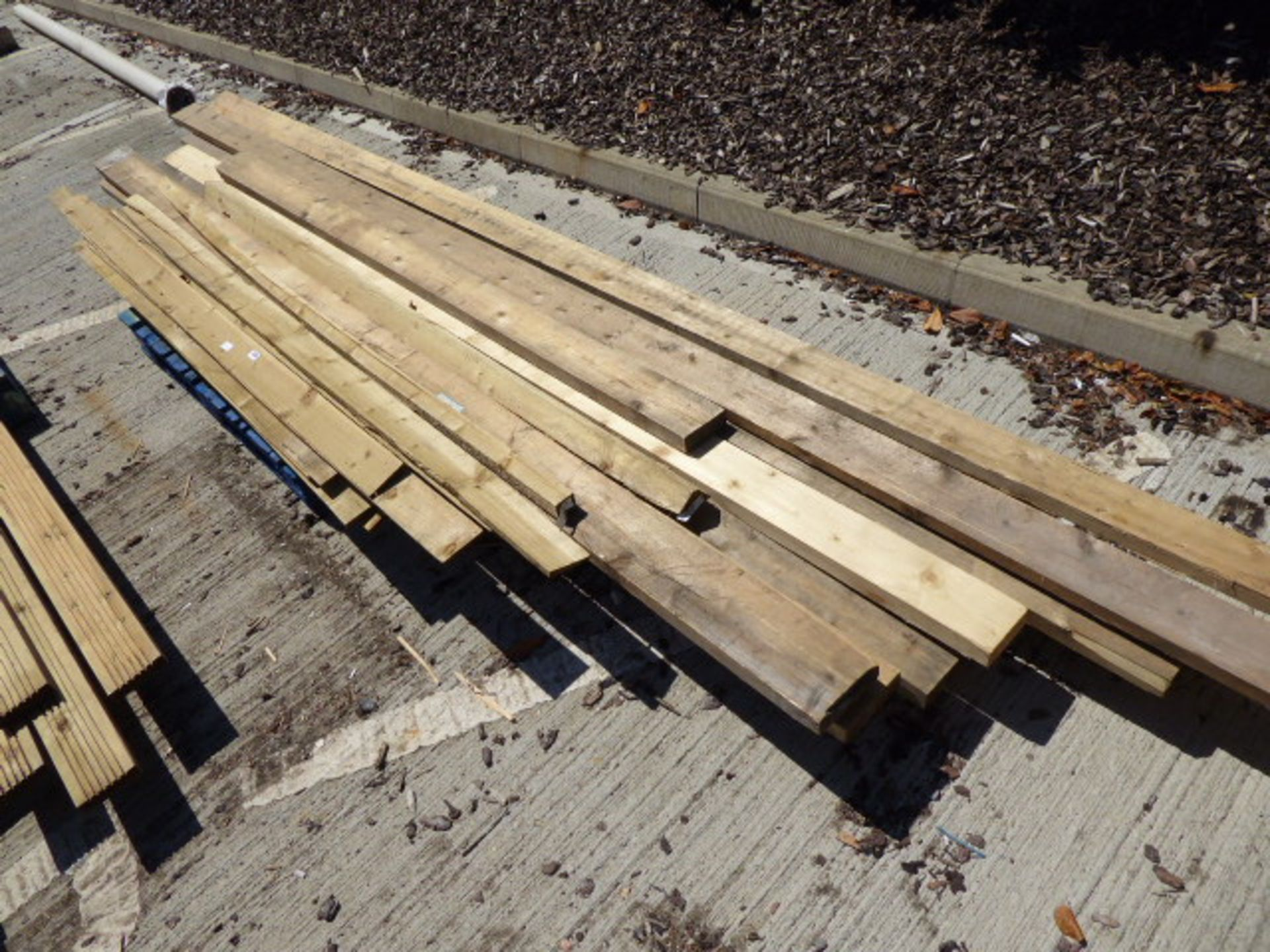 Lot 4124 - Pallet containing shiplap and large pieces of assorted timber