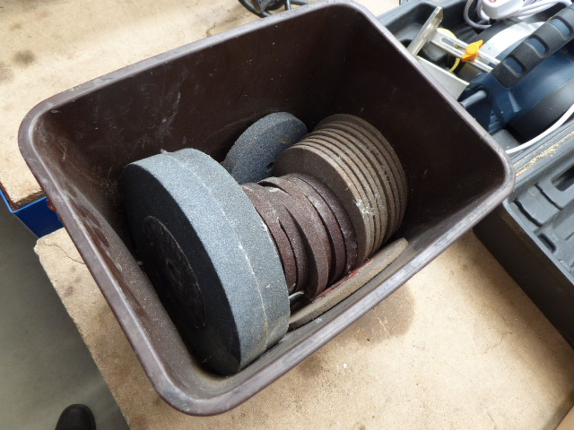 Lot 4334 - Box of grinding discs