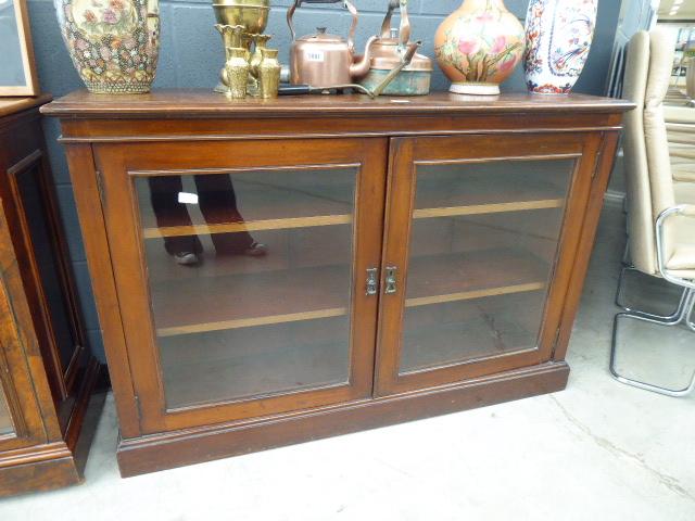 Lot 5009 - 2 door glazed bookshelf in mahogany