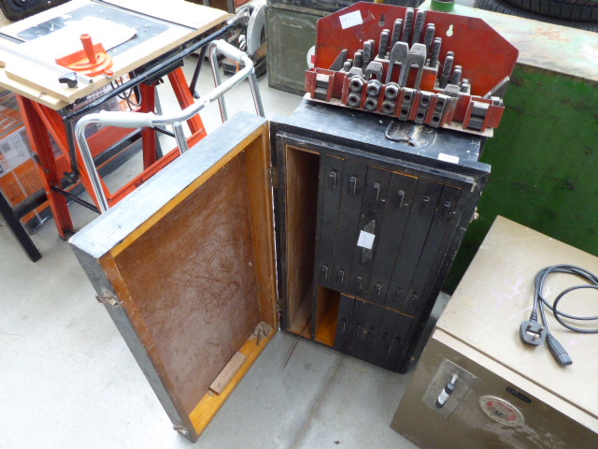 Lot 4769 - Wooden toolbox and some treaded machinery bolts