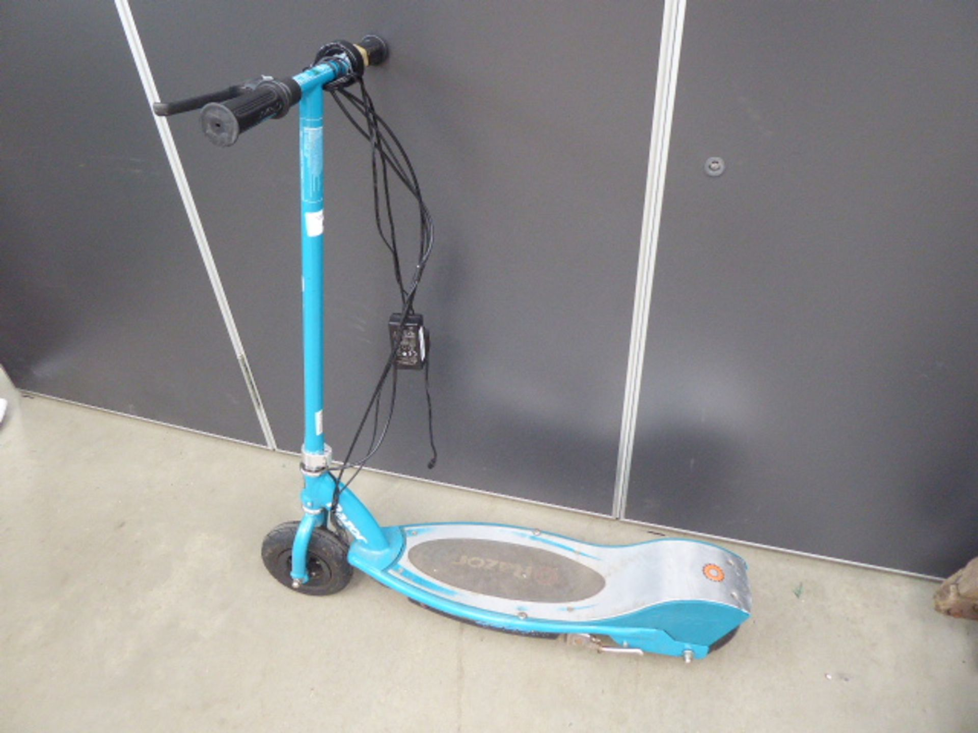 Lot 4291 - 4054 Green Razor electric scooter with charger