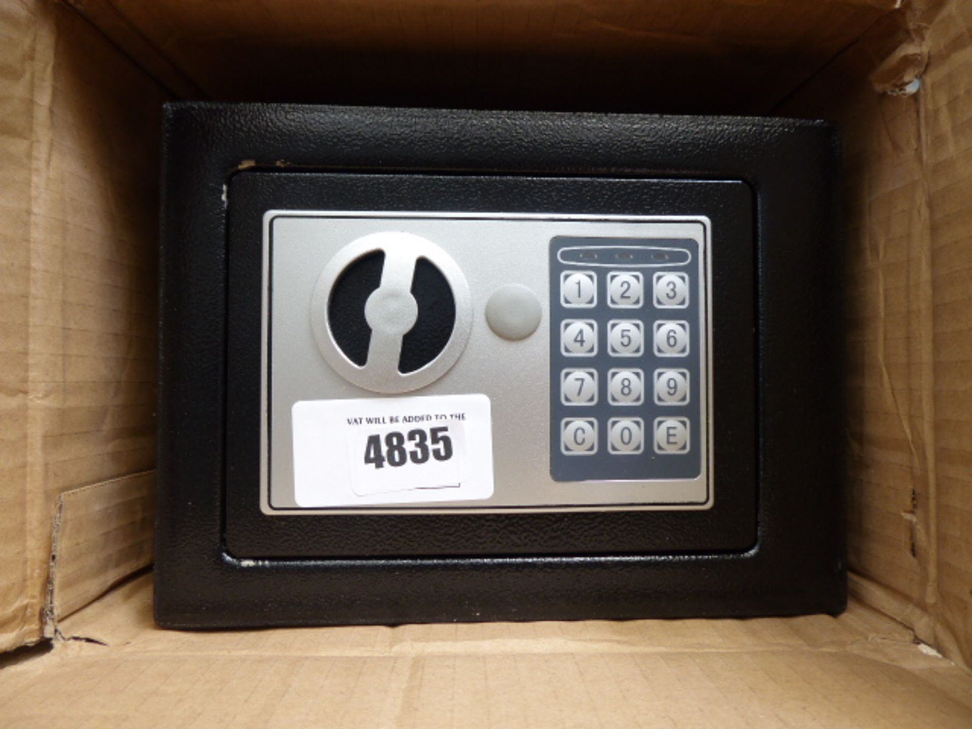 Lot 4835 - Small safe
