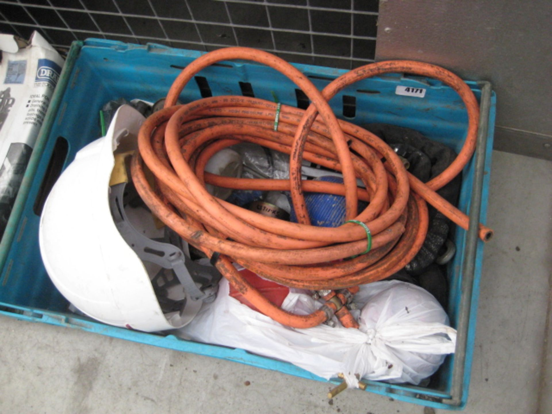 Lot 4171 - Box containing a quantity of flexible gas pipe, tow hitch, bullcocks chain, hard hat, etc
