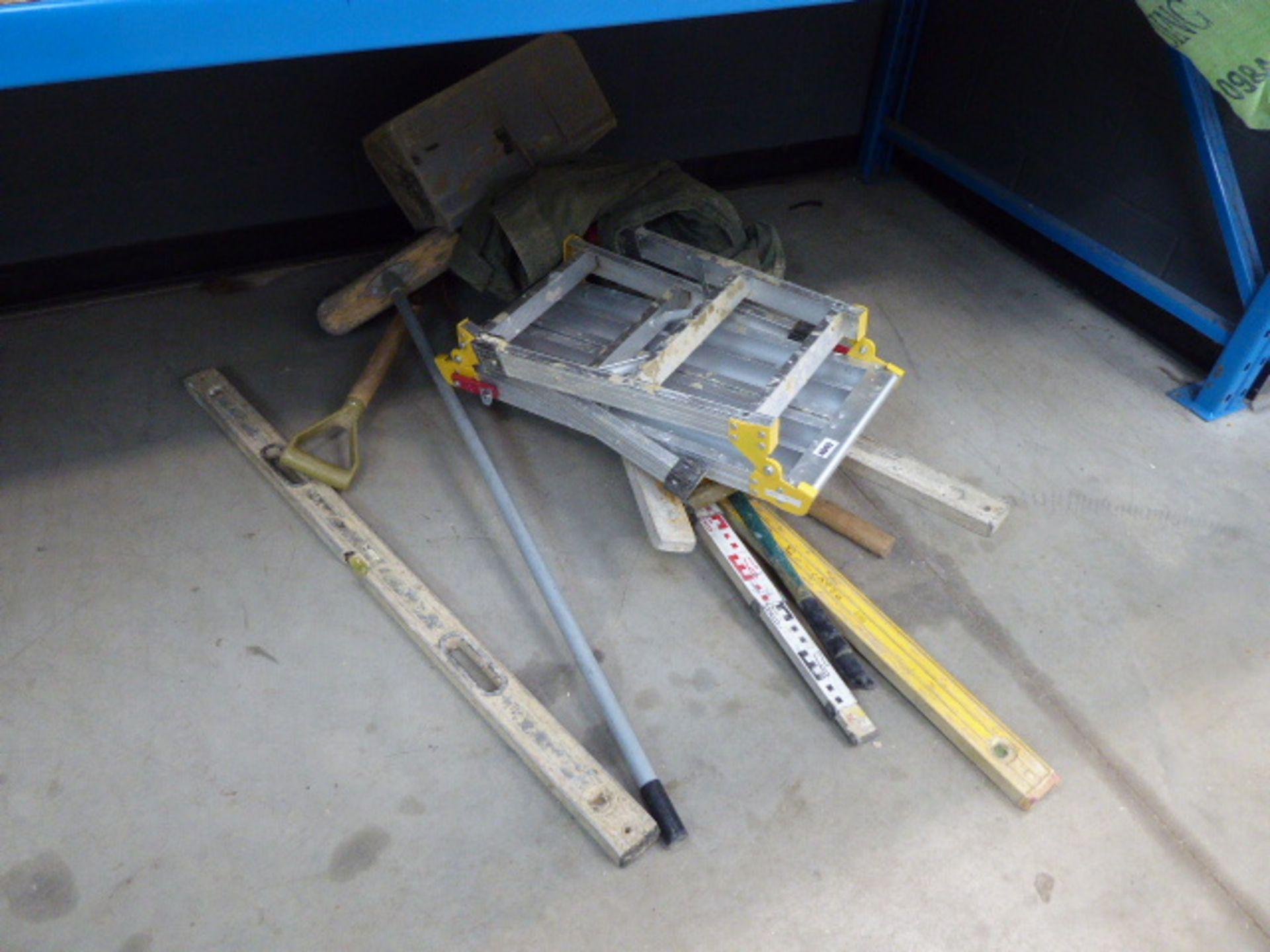 Lot 4049 - Small quantity of tools and hop up platform