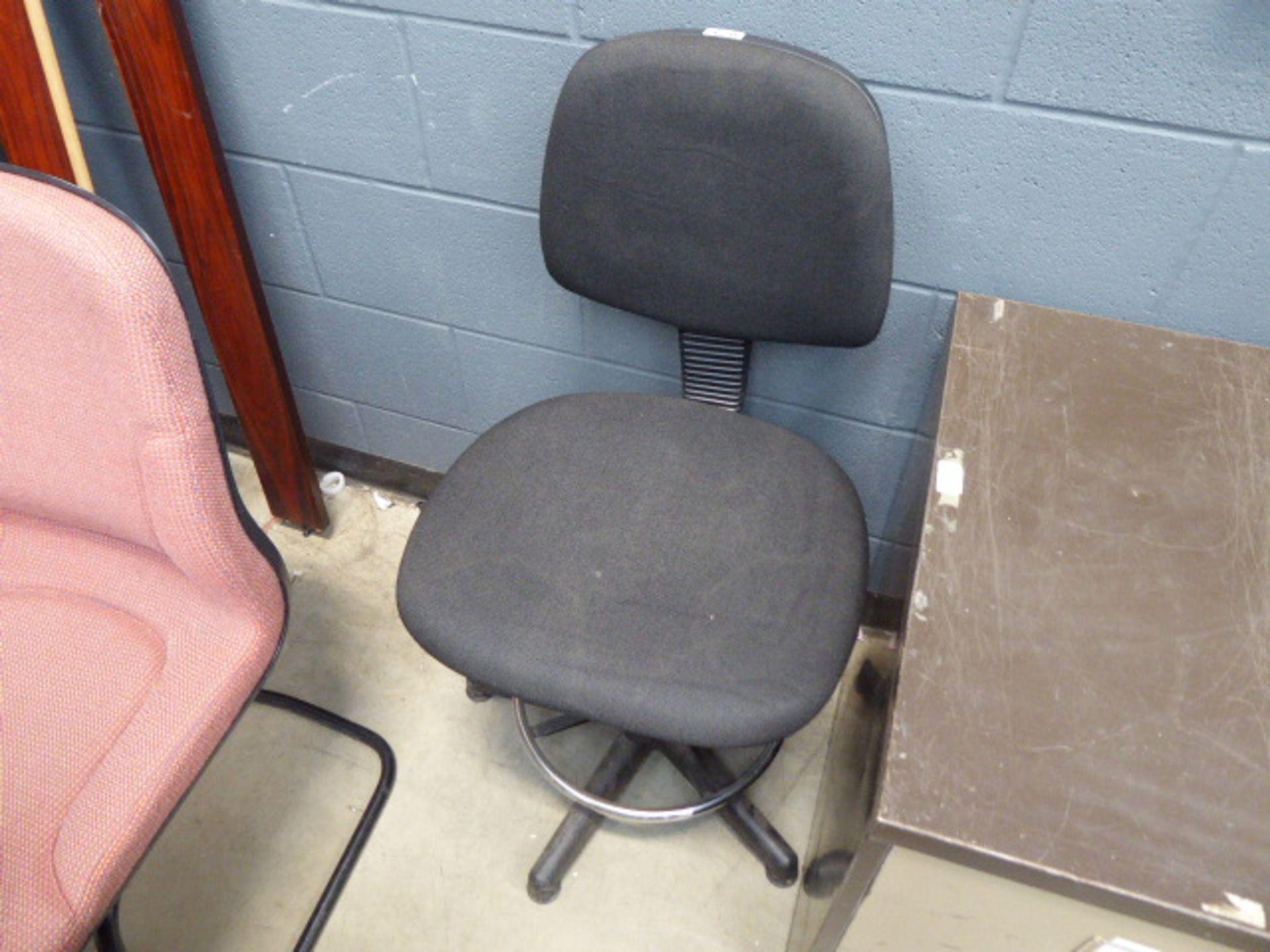 Lot 4270 - 4239 Black cloth swivel chair