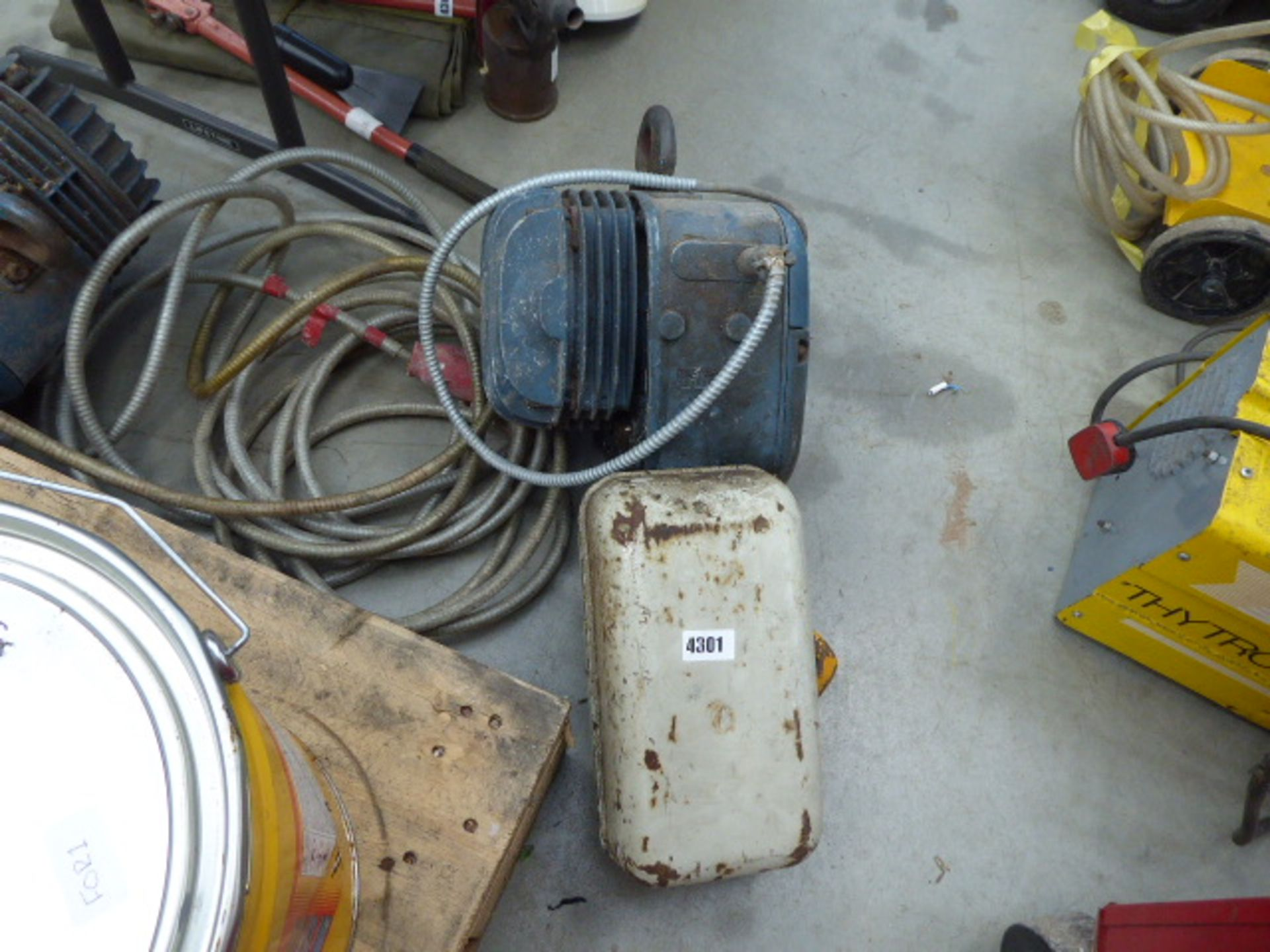 Lot 4301 - Large electric hoist
