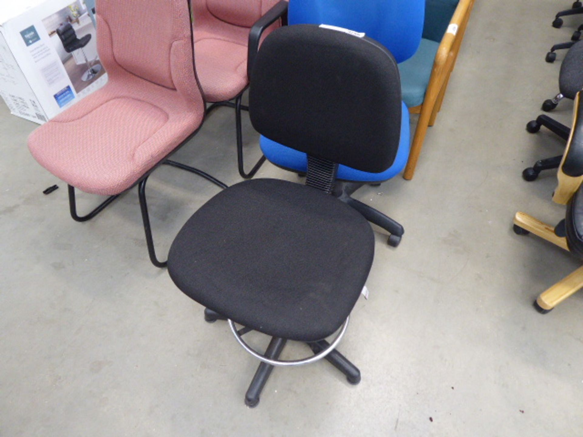 Lot 4256 - 4243 Black cloth swivel chair