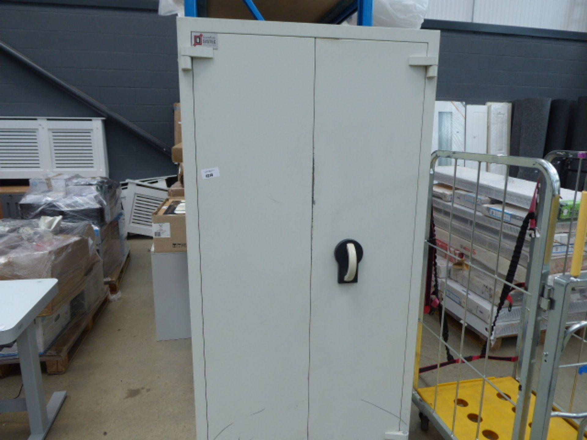 Lot 4214 - 2 door metal secure cabinet