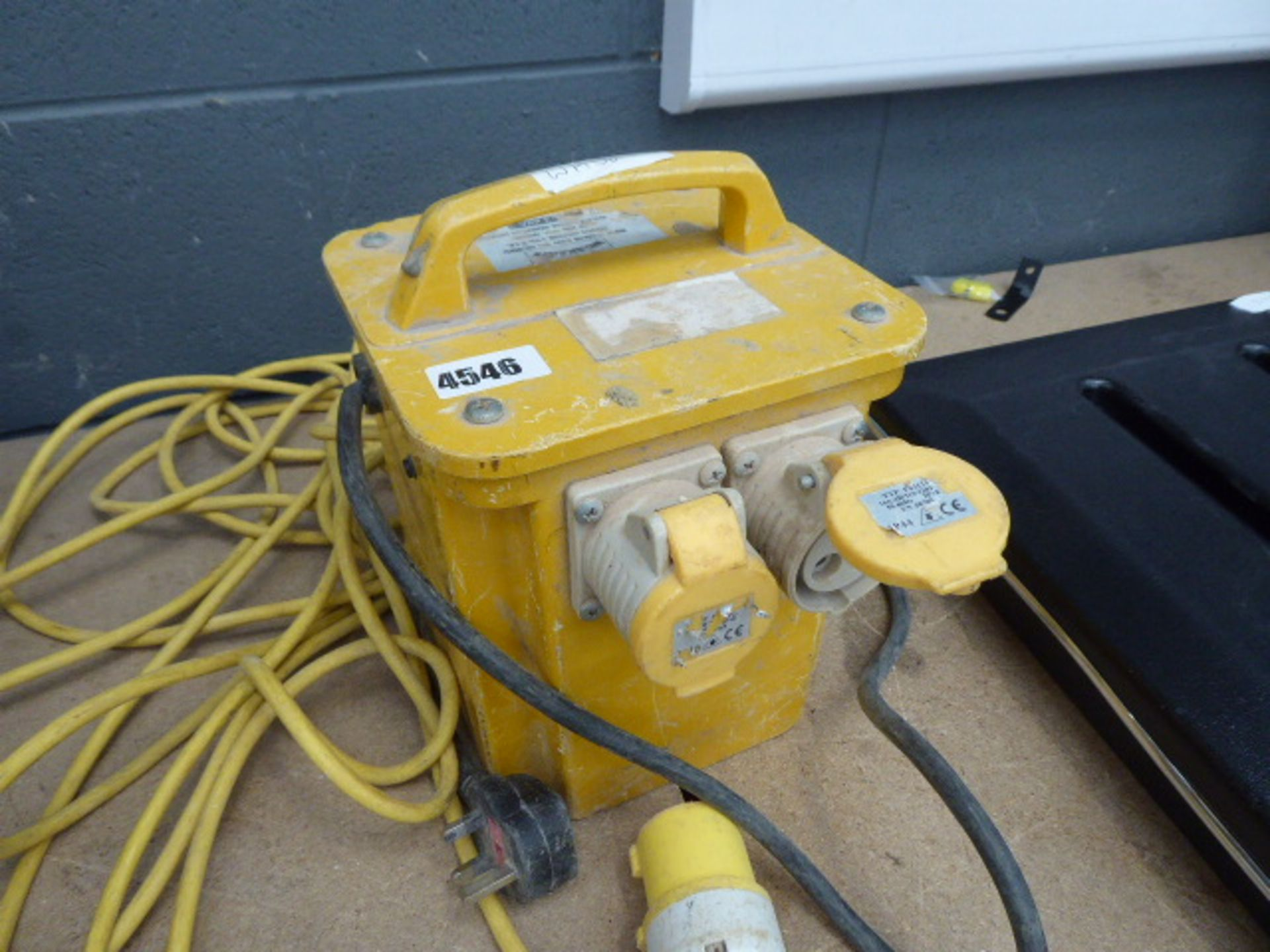 Lot 4546 - 110v transformer and lead