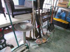 Quantity of garden tools incl. axe, drain rods, snow shovel, Black + Decker work mate, aluminium