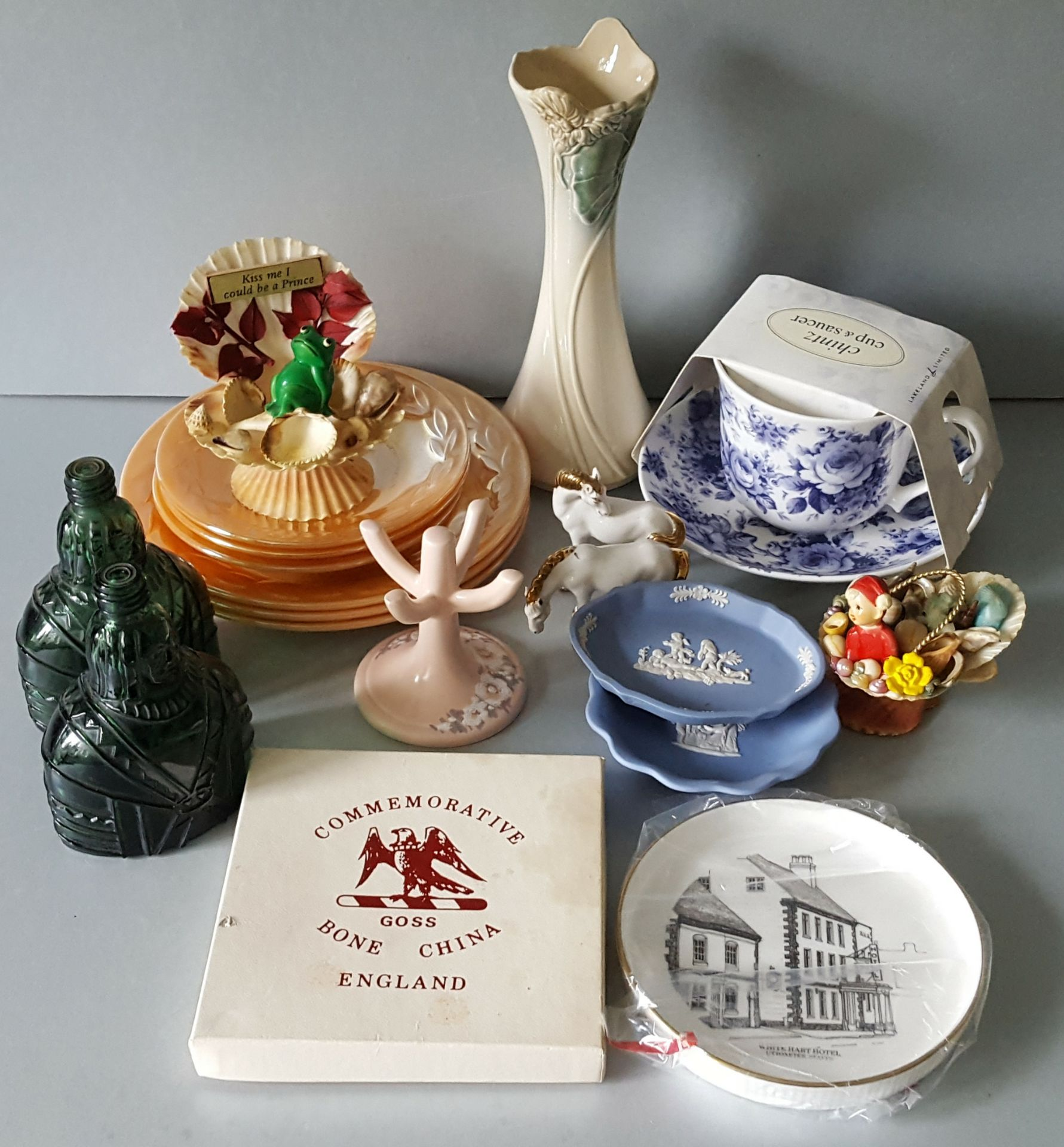 Lot 39 - Vintage Retro Kitsch Parcel of Items Includes Goss & Wedgwood