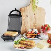 (S70) 460W 2 in 1 Snack Maker Make toasted sandwiches or waffles with this handy 2 in 1 snack ...