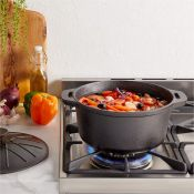 (NN42) Cast Iron Casserole Dish Ideal for roasts, stews, casseroles and other dishes Features...