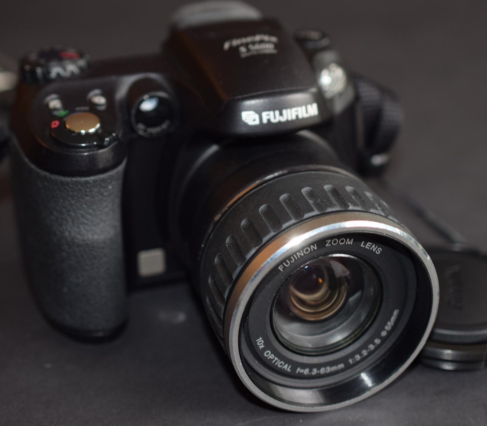 Lot 32 - Fujifilm Finepix S5600 Digital Camera