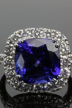 Tanzanite 8.94Ct & Diamond 1.71Ct 18Ct White Gold Ring