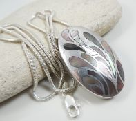 Flexible silver chain with mother of pearl pendant