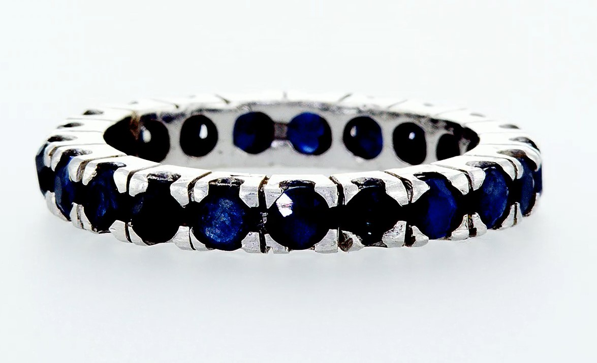 Lot 9 - 14 kt. White gold -Eternity Ring - 0.90 ct Sapphire