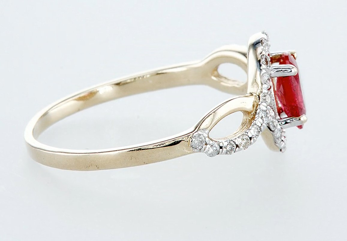 Lot 43 - 14 kt. White gold, Yellow gold - Ring - 0.59 ct Ruby - Diamonds