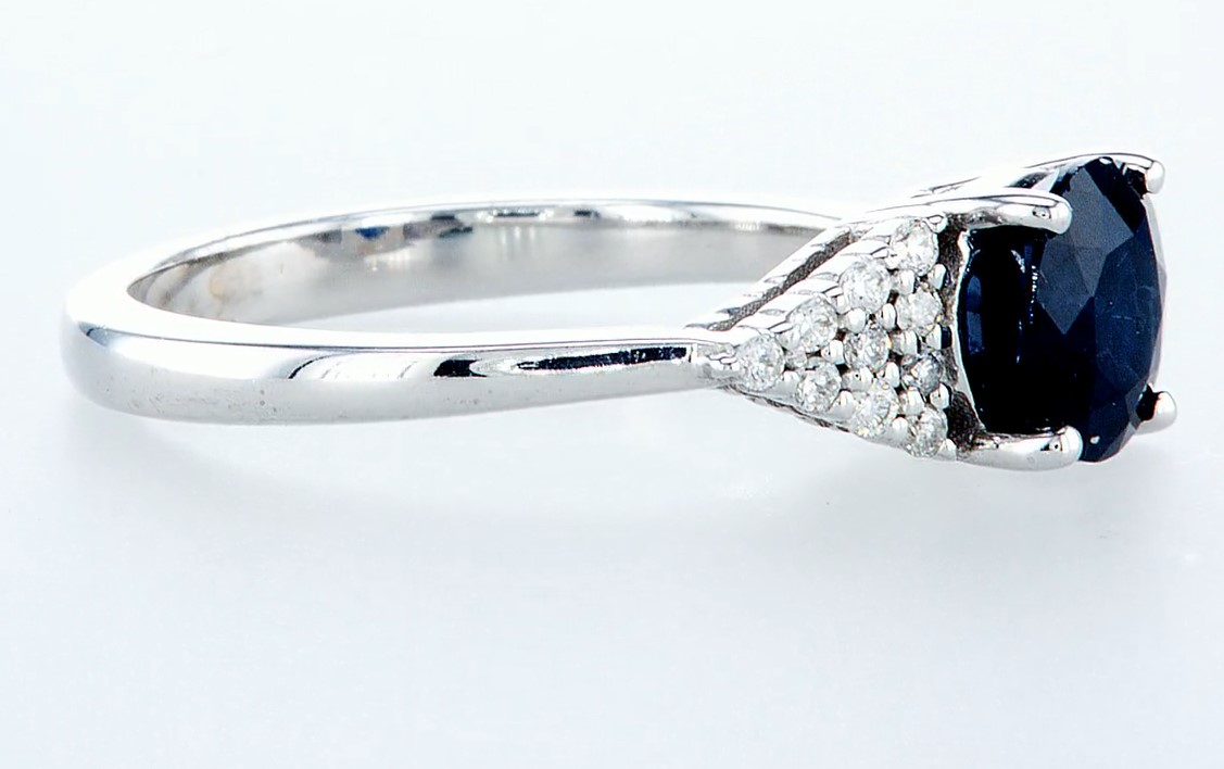 Lot 42 - 14 kt. White gold - Ring - 1.92 ct Sapphire - Diamonds