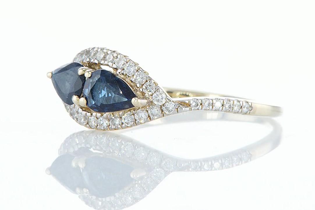 Lot 38 - 14 kt. Yellow gold - Ring - 1.00 ct Sapphire - Diamonds