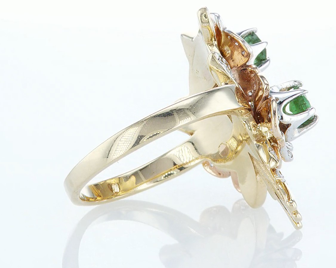 Lot 24 - 14 kt. Yellow gold - Ring - 1.54 ct Emerald - Diamonds
