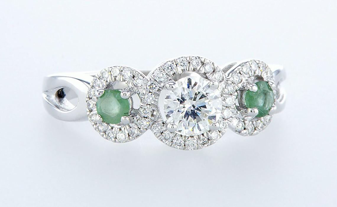 Lot 58 - 14 kt. White gold - Ring - 0.97 ct Emerald - Diamonds