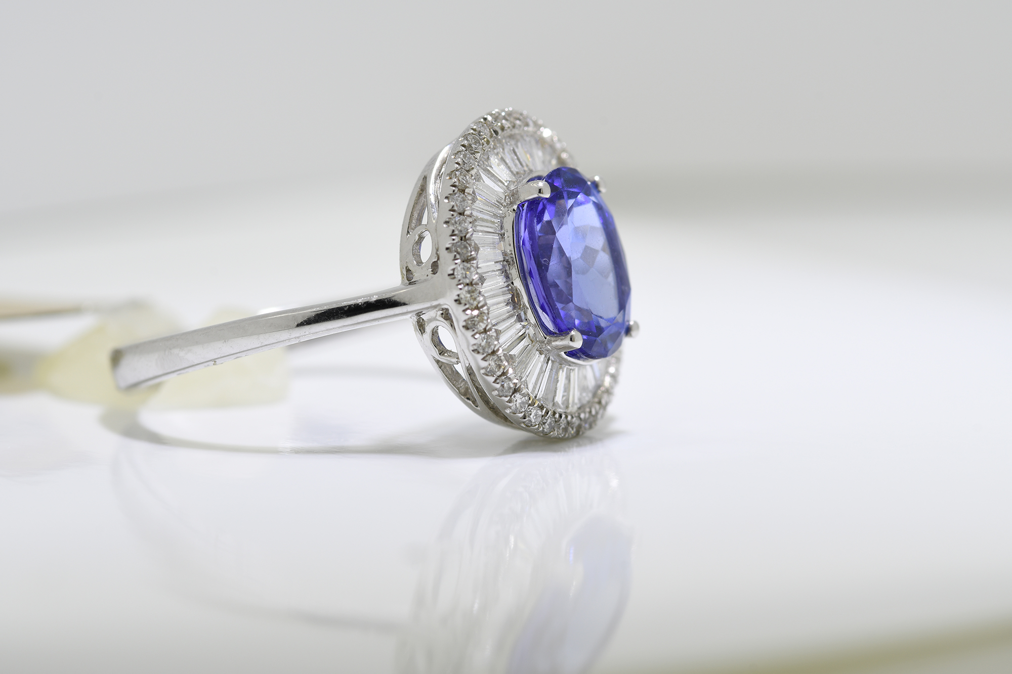 Oval Tanzanite & Diamond Ring - Image 2 of 3