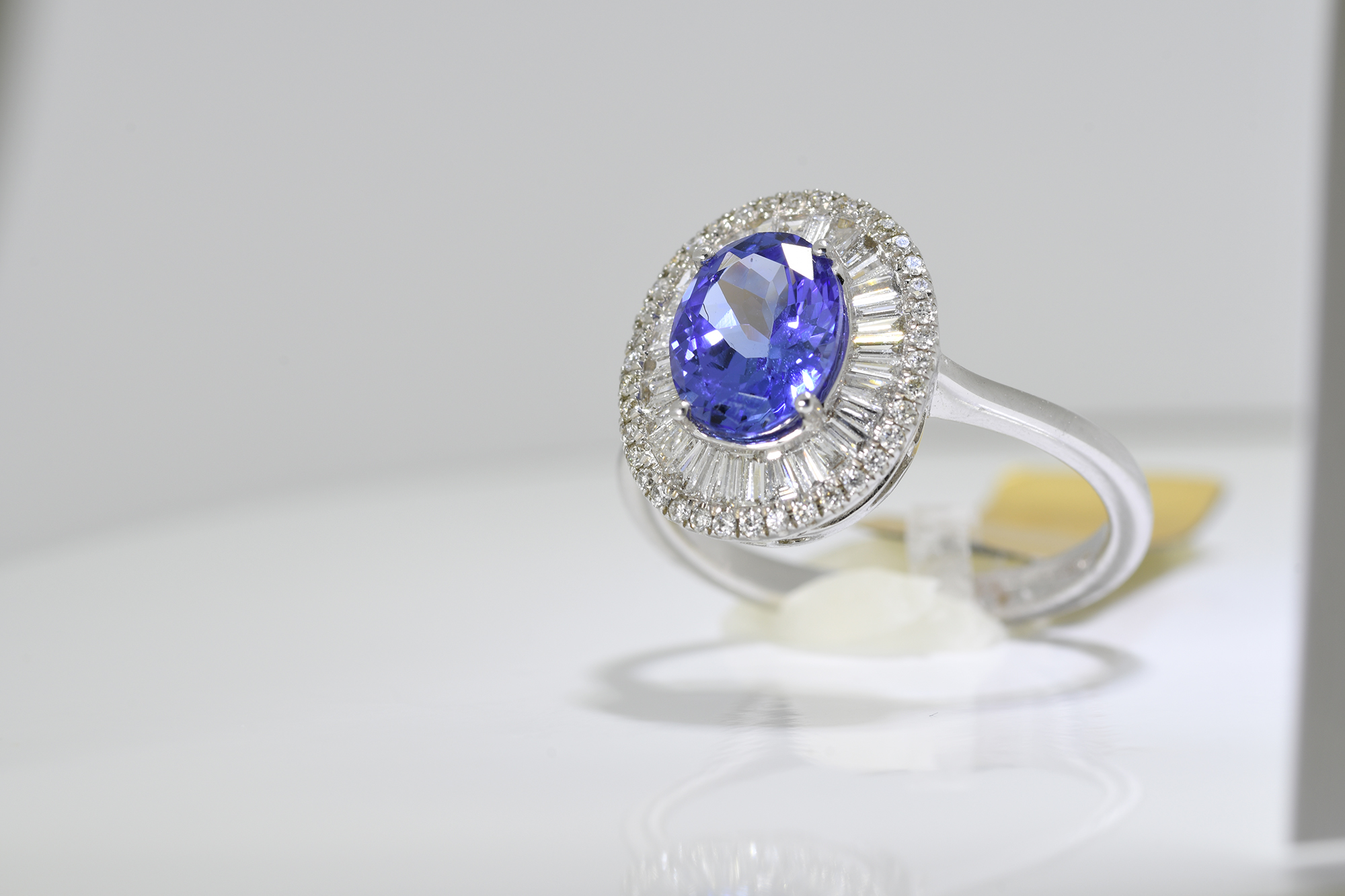 Oval Tanzanite & Diamond Ring - Image 3 of 3