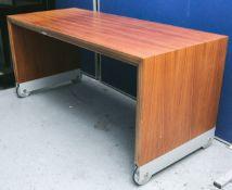 Flacher Design-Sofatisch (neuzeitlich), Nußholz furniert / Metall, auf Rollen, ca. 55 x