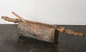 Kl. Ritualtrommel (Sepik-Ramu, Papua-Neuguinea), wohl von Korowai-Kriegern, Holz