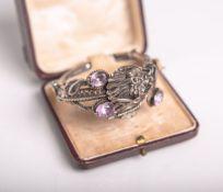 Armreif aus Silber (wohl um 1900, China), in Form eines um den Arm schlingelnden Drachens,