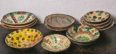 Konvolut von 14 Keramikteller (18./19. Jahrhundert), diverse Muster, farbig handbemalt,Dm. je ca. 23