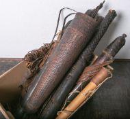 Konvolut von 9 Pfeilköchern (Afrika, vor 1930), Holz/Leder, meist m. Verschlusskappen,