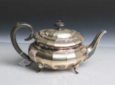 Teekanne (England, 19./20. Jahrhundert), Metall versilbert, mehrfach gestempelt, Griff aus