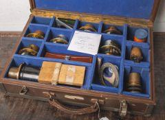 """Alter Koffer m. Optiken für """"Debric-Parov L"""" (Frankreich, 1920er Jahre), 14 Teile,"""