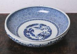 Gr. runde Porzellanschale (Japan, wohl 19. Jahrhundert), blau-weiße Bemalung,