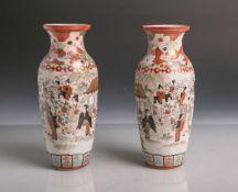 Zwei kleine Porzellanvasen (wohl aus Japan, wohl Satsuma, rote Unterbodenschriftzeichen,
