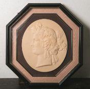 Ovale Bildplatte, reliefartige Darstellung einer Frau/Göttin (wohl aus Keramik/Porzellan),